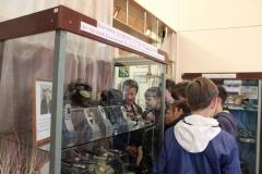 Посетители выставки телефонов Мобильная ностальгия из частной коллекции А.В. Казанцева