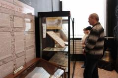 Посетители нумизматической выставки «Свидетели истории», посвященной 700-летию российского рубля