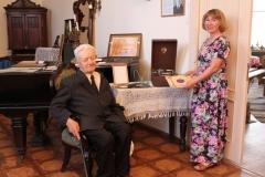 Чадов В.М. передал музею патефон 1930 года и коллекцию пластинок