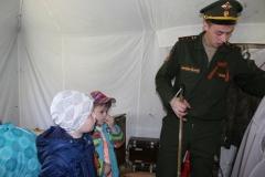 Юные посетители выставки Военно-полевой лагерь 9 мая